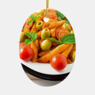Ornamento De Cerâmica Penne italiano da massa no molho de tomate com