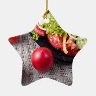 Ornamento De Cerâmica Tomates frescos e uma peça de uma placa