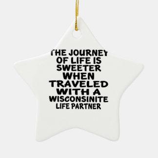Ornamento De Cerâmica Viajado com um sócio da vida de Wisconsinite