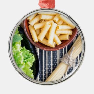 Ornamento De Metal Opinião superior os espaguetes, a massa e a alface