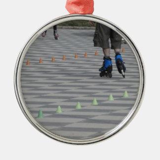 Ornamento De Metal Pés da cara em skates inline. Patinadores Inline