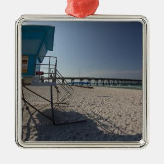 Ornamento De Metal Torre do Lifeguard no cais da praia da Cidade do