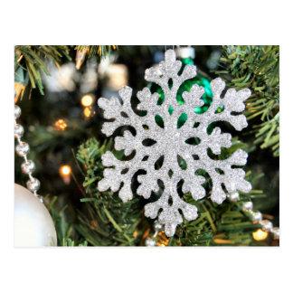 Ornamento Sparkly do floco de neve na árvore de Cartão Postal