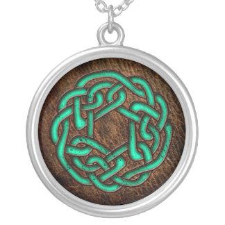 Ornamento verde místico no couro colares