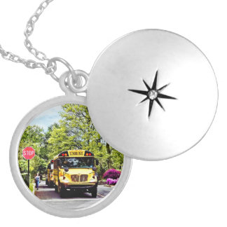 Os auto escolares na parada assinam dentro o colar medalhão