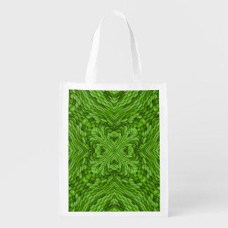 Os bolsas reusáveis coloridos verdes indo do sacola reusável