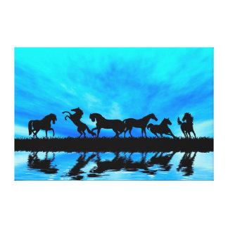Os cavalos pretos refletem impressão de canvas envolvida