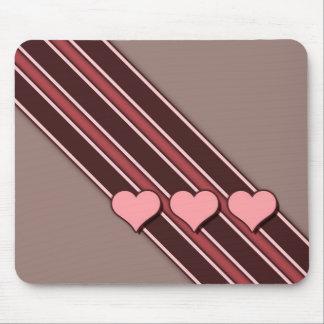 Os corações cor-de-rosa Brown listram o dia dos na Mouse Pads