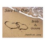 Os corações na areia salvar os cartão da data cartão postal