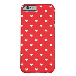 Os corações vermelhos & brancos modelam o caso do capa barely there para iPhone 6
