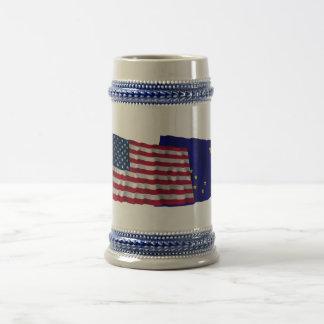 Os Estados Unidos e bandeiras de ondulação de Caneca De Cerveja