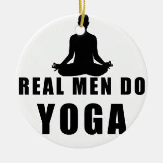 os homens reais fazem a ioga ornamento de cerâmica