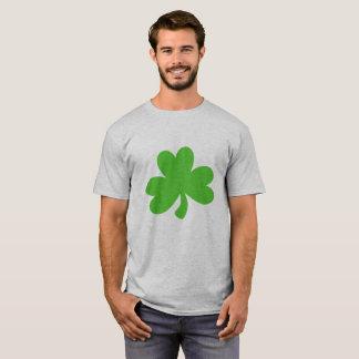 Os homens Tee com trevo Camisetas