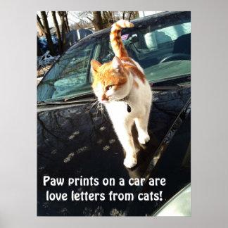 Os impressões da pata em um carro são cartas de am poster