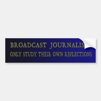 Os journalistas da transmissão estudam somente adesivo para carro