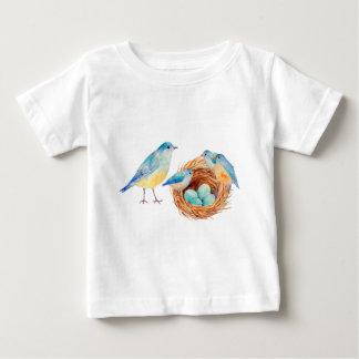 Os pássaros, os pintinhos e o pássaro azuis da camisetas