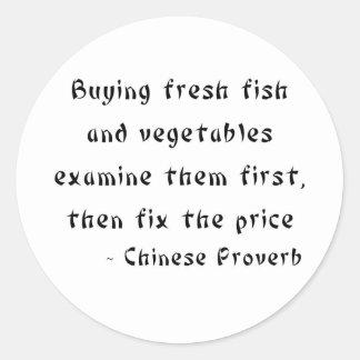 Os peixes frescos e os vegetais de compra adesivo