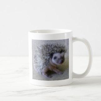 Ouriço bonito de assento caneca de café