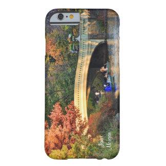 Outono no Central Park: Barqueiros pela ponte #01 Capa Barely There Para iPhone 6