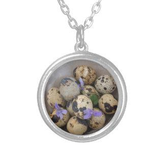 Ovos de codorniz & flores 7533 colar banhado a prata