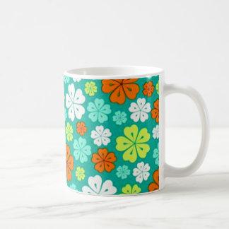 padrão flores forma de trevo caneca de café