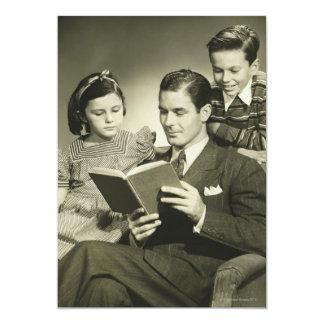 Pai que lê ao filho convite 12.7 x 17.78cm