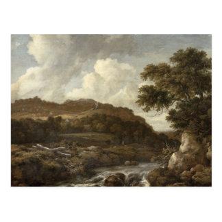 Paisagem arborizada montanhosa com uma torrente cartão postal