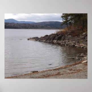 Paisagem bonita do lago e da montanha pôster