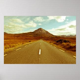 paisagem da estrada às montanhas de Errigal Poster