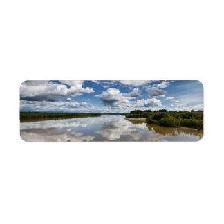 Paisagem do verão: nubla-se a reflexão no rio etiqueta endereço de retorno