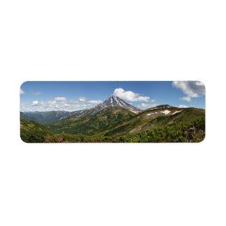 Paisagem panorâmico do vulcão do verão de etiqueta endereço de retorno