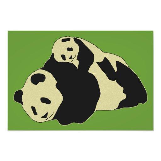 Panda bonito que afaga com bebê Cub Fotos