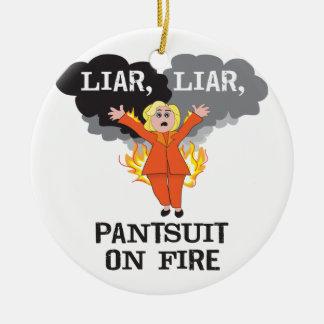 Pantsuit no fogo ornamento de cerâmica redondo