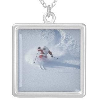 Papai noel que esquia na estância de esqui do colar banhado a prata