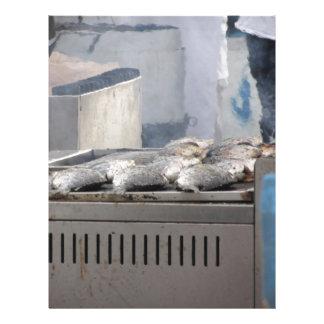 Papel Timbrado Peixes do churrasco fora com o fumo que emerge
