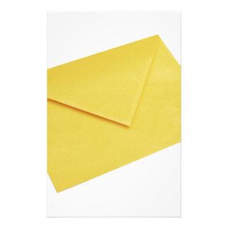 Papelaria Envelope amarelo isolado no branco