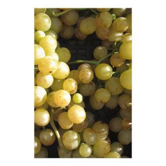 Papelaria Fim-acima de uvas maduras na caixa
