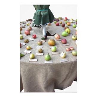 Papelaria Frutifica a coleção na mesa