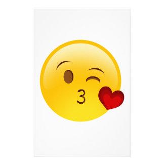 Papelaria Funda uma etiqueta do emoji do beijo