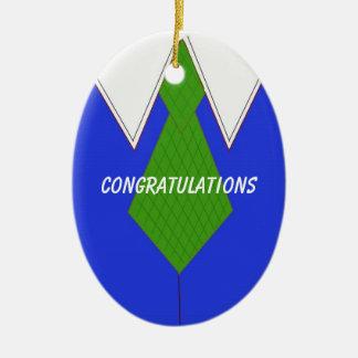 Parabéns azuis da camisa e do laço de vestido ornamento de cerâmica oval