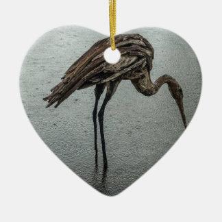 Pássaro de madeira na chuva ornamento de cerâmica coração