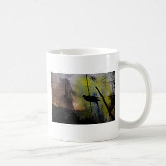 pássaro em um fio caneca de café