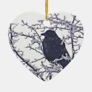 Pássaro preto bonito em ramos nevado ornamento de cerâmica coração