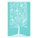 Pássaros brancos na árvore panfleto personalizado