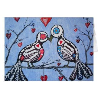 Pássaros do amor em um dia da árvore do coração do cartão