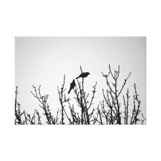 Pássaros em preto e branco superior da árvore impressão em tela
