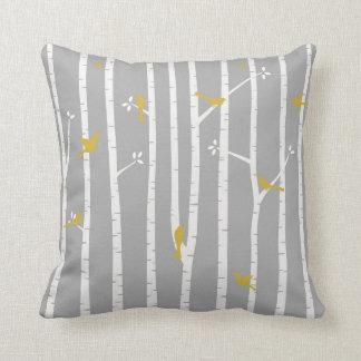 Pássaros no amarelo do branco cinzento de árvores almofada