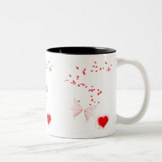 Pássaros vermelhos borboleta & coração caneca dois tons