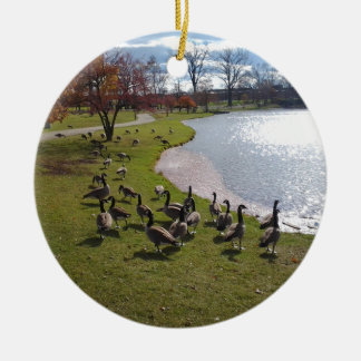 Pato Pond.jpg Ornamento De Cerâmica Redondo