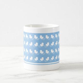 patos azuis na caneca do chá da fileira